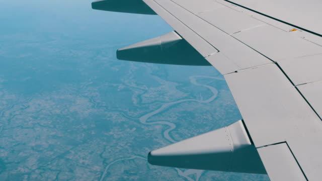 vídeos de stock, filmes e b-roll de paisagem da ásia. belas cadeias de montanhas, rios, de enrolamento verde gramados. vista superior de um avião. asa de um avião sobre o fundo da paisagem da terra - vinho do porto