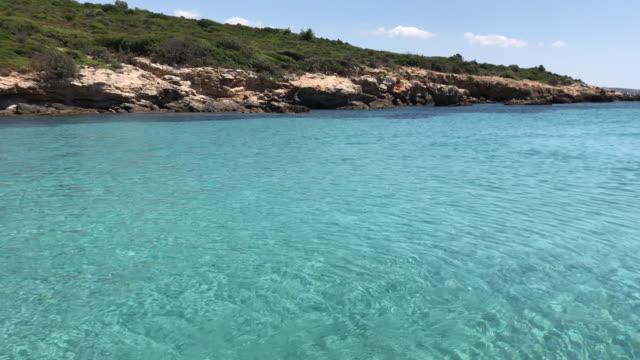 Paisagem do mar azul desobstruído de cristal - vídeo