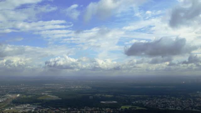 panorama vista dall'elicottero di francoforte - francoforte sul meno video stock e b–roll