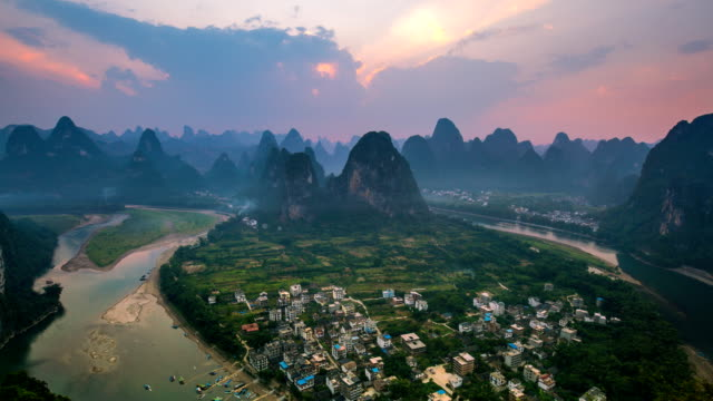 stockvideo's en b-roll-footage met landschap van guilin tl td, li rivier en karst bergen genaamd laozhai mount, provincie guangxi, china - dorp
