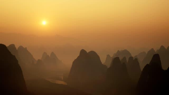 landschaft von guilin tl sonnenaufgang, li-fluss und karst bergen namens xingping montieren, provinz guangxi, china - guilin stock-videos und b-roll-filmmaterial