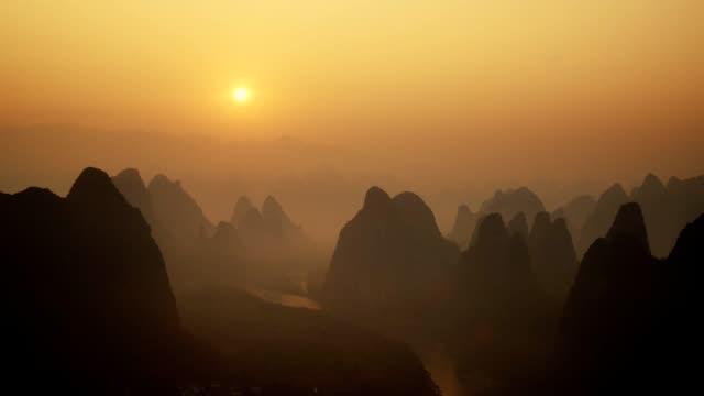 ld, landschaft von guilin tl sonnenaufgang, li-fluss und karst bergen namens xingping montieren, provinz guangxi, china - guilin stock-videos und b-roll-filmmaterial
