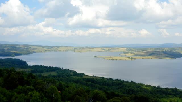 kuşlar göz görünümünden büyük dağ gölü manzara. - sale stok videoları ve detay görüntü çekimi