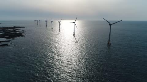 paesaggio di parco eolico offshore, paesaggio marino con turbine aeree, isola di jeju, corea del sud, asia - costa caratteristica costiera video stock e b–roll