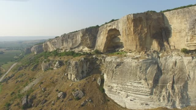 vídeos de stock e filmes b-roll de aerial: landscape of plateau in rugged mountains - multicóptero