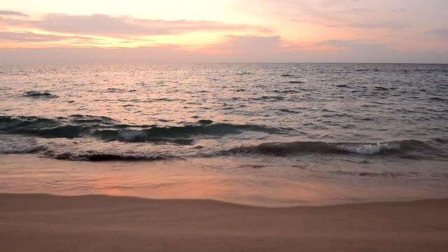 nai yang beach phuket eyaleti'nde phuket gün batımı manzara - andaman denizi stok videoları ve detay görüntü çekimi