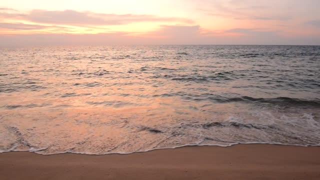 vidéos et rushes de paysage de coucher du soleil de phuket à nai yang beach phuket, thaïlande. - mer d'andaman