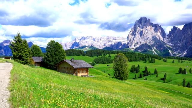 stockvideo's en b-roll-footage met landschap van de prachtige berg sassolungo groep op de seiser alm in zonnige dag - alpen
