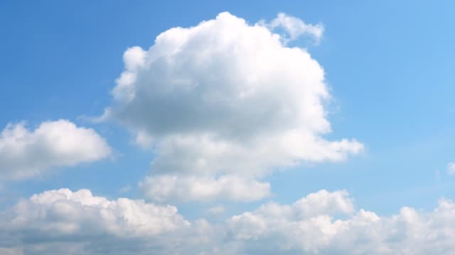 vídeos de stock, filmes e b-roll de paisagem de céu claro - cúmulo