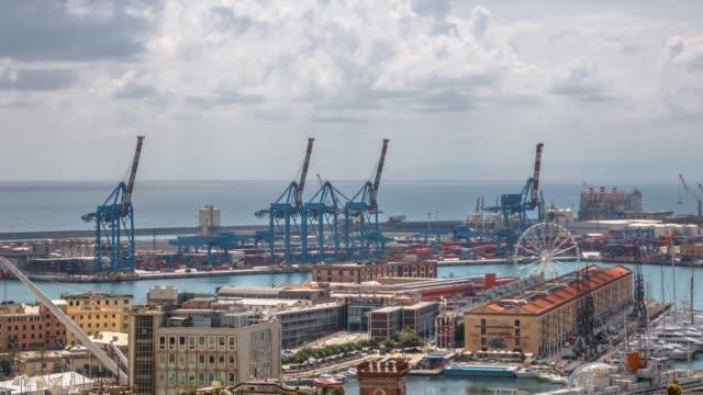 vídeos de stock, filmes e b-roll de paisagem da cidade italiana de genoa, vista do porto - vinho do porto