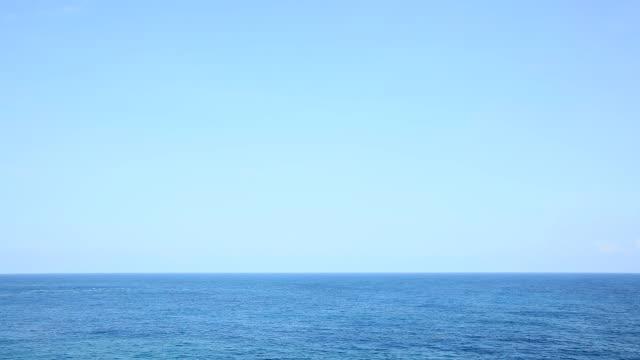 vídeos de stock e filmes b-roll de landscape of the sea and the sky - linha do horizonte sobre água