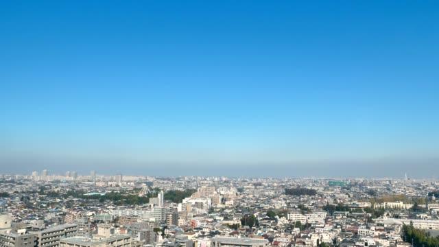 vídeos de stock e filmes b-roll de landscape of tokyo city - céu claro