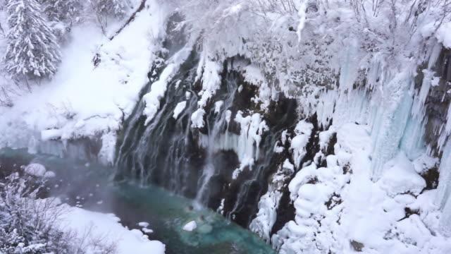 雪の冬の北海道の風景白ひげ滝 - あごヒゲ点の映像素材/bロール
