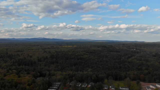 landschaftssommer pocono berge grünes gras und blauer himmel - gebirge pocono mountains stock-videos und b-roll-filmmaterial