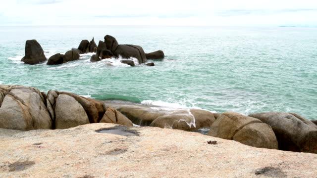 landscape. the sea. waves crash on the rocks - isole egee video stock e b–roll