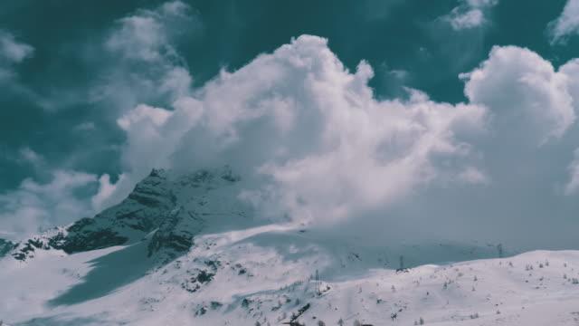 구름에 알파인 산 눈 덮인 피크의 풍경보기입니다. 심플론 패스 - mountain top 스톡 비디오 및 b-롤 화면