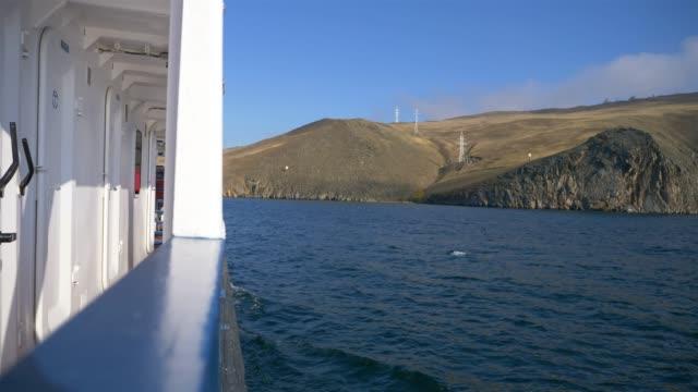 vídeos de stock e filmes b-roll de landscape view of baikal lake with blue sky and mountain, irkutsk russia - irkutsk
