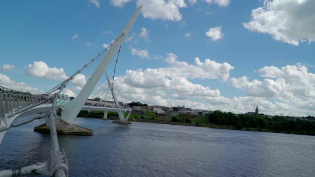 landscape view of the peace bridge - графство дерри стоковые видео и кадры b-roll