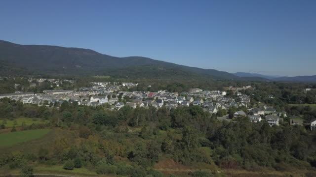 paesaggio con montagne - monti appalachi video stock e b–roll