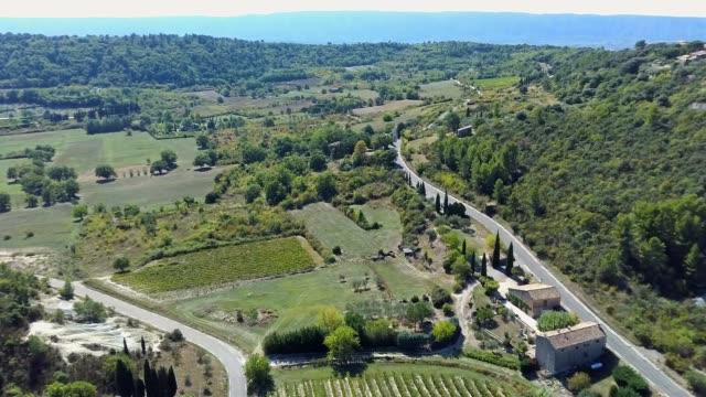 vidéos et rushes de paysage avec vignoble en provence. - aix en provence