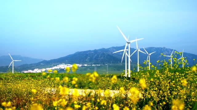 vídeos y material grabado en eventos de stock de paisaje con turbinas eólicas - generadores