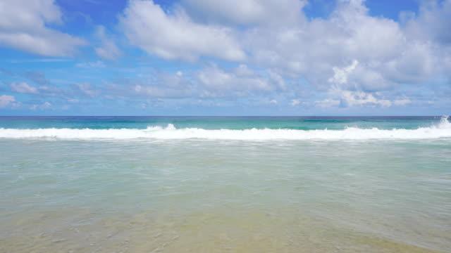 vidéos et rushes de paysages de plage de mer en été à phuket, thaïlande. clip vidéo 4k. - bivalve