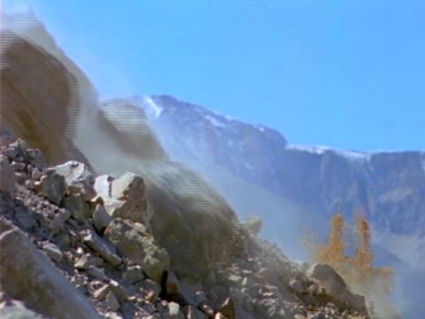 vídeos y material grabado en eventos de stock de deslizamiento de tierras 03 - roca