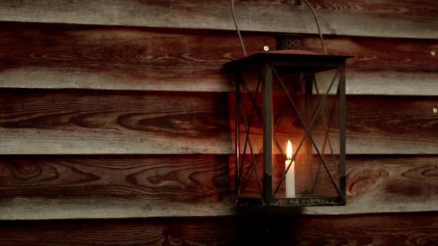 Laterne in einem Holz-Haus – Video