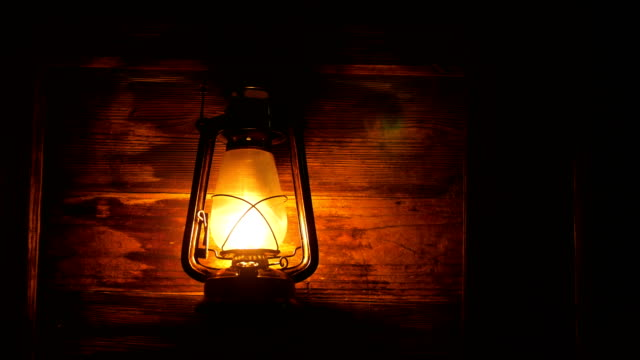 Lámpara de la linterna en la noche - vídeo