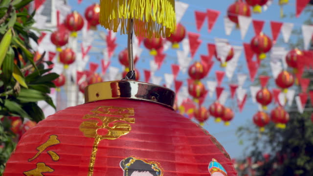 vídeos y material grabado en eventos de stock de linternas en el día de año nuevo chino, texto de bendición en linternas que significa tener riqueza y felicidad - wuhan