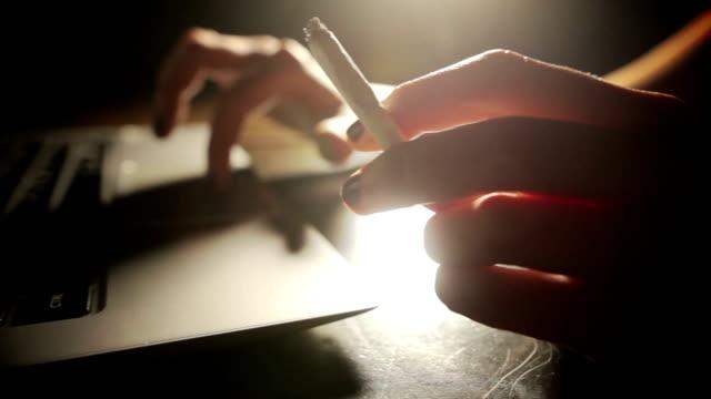 dizüstü bilgisayar ve sigara - nikotin stok videoları ve detay görüntü çekimi