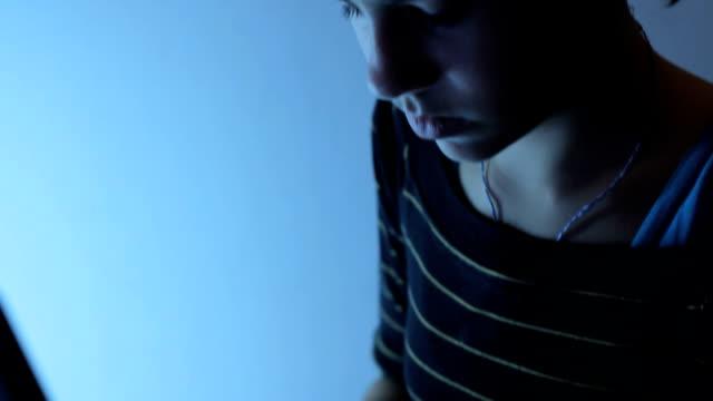 laptop and girl - endast en tonårsflicka bildbanksvideor och videomaterial från bakom kulisserna