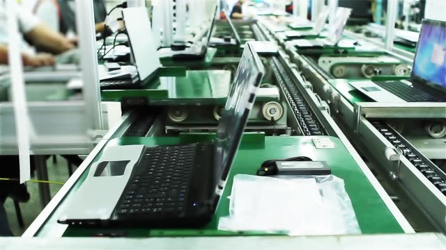 laptop fabrikası, konveyör bant ve işçiler. - plant stem stok videoları ve detay görüntü çekimi