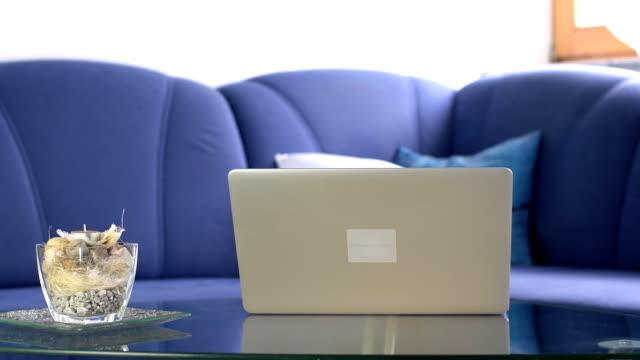 hd :dolly  ノートパソコンのラウンジルーム - テーブル 無人のビデオ点の映像素材/bロール