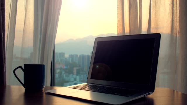 커튼이 떠있는 테이블에 노트북 - 책상 스톡 비디오 및 b-롤 화면