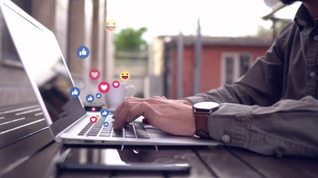 vídeos de stock, filmes e b-roll de laptop 4k falando de mídia social - correio correspondência