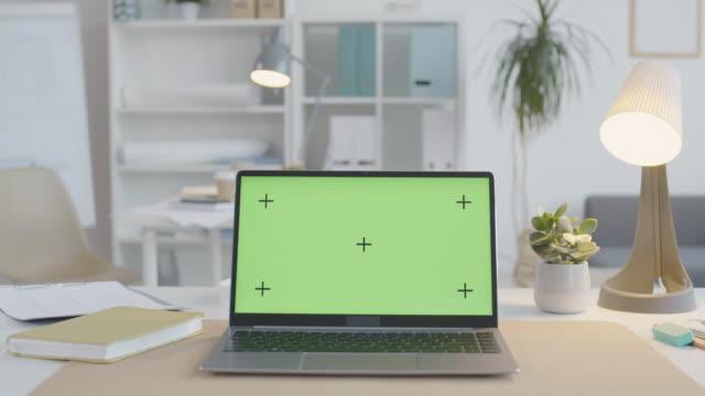 vídeos y material grabado en eventos de stock de portátil con monitor de llave de croma en la mesa de oficina - escritorio