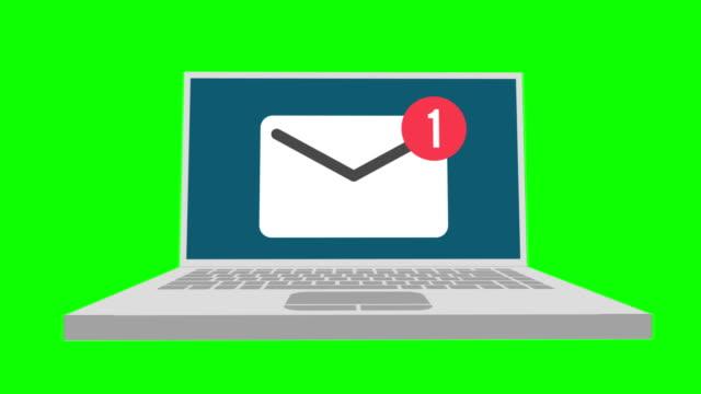 laptop z powiadomieniem o kopertach. symbol wiadomości e-mail odbierania na zielonym ekranie. - phishing filmów i materiałów b-roll