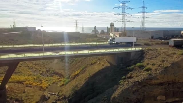 Un camión grande y largo transporta carga - vídeo