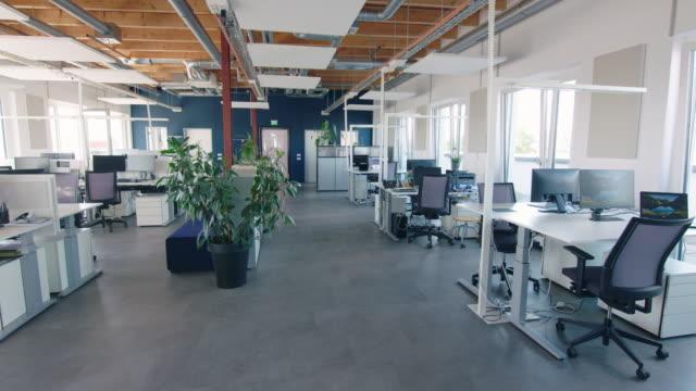 interni per ufficio a pianta aperta grandi e spaziosi - deserto video stock e b–roll