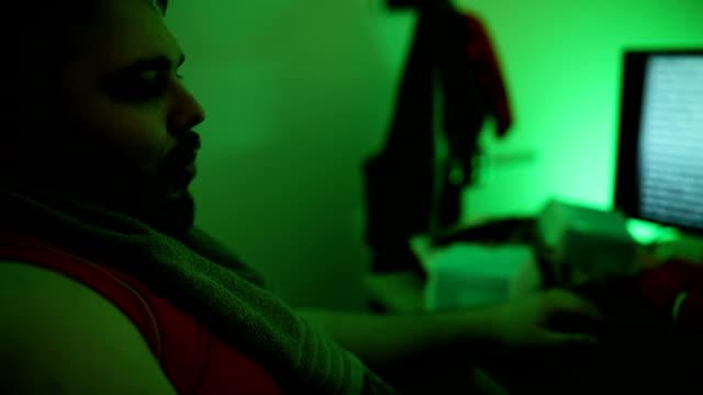 ジャンクフードを食べる自宅で大規模なビルドハッカー - 不健康な食事点の映像素材/bロール