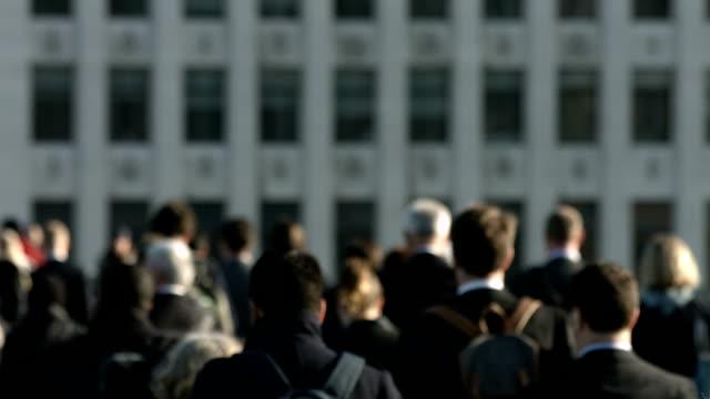 grande folla di pedoni camminare sopra ponte di londra - london bridge inghilterra video stock e b–roll