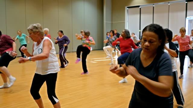 stora mångskiftande grupp av aktiva seniorer i aerobics dans klass - active senior bildbanksvideor och videomaterial från bakom kulisserna