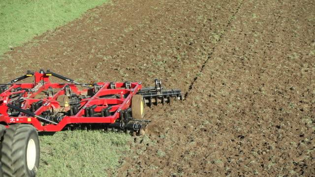 Große acht Reifen Traktor Farm Field gepflügt – Video