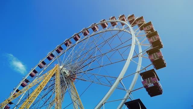 vídeos y material grabado en eventos de stock de gran rueda de la fortuna en un cielo azul. - noria