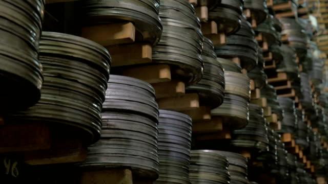 grande archivio cinematografico con i suoi oggetti infiniti. - cilindro video stock e b–roll