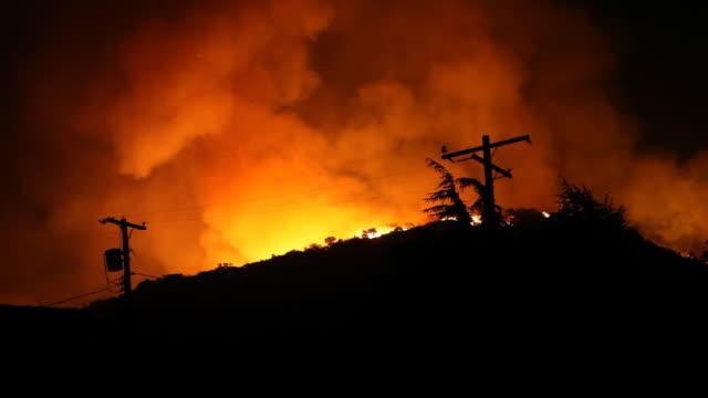 stockvideo's en b-roll-footage met large fire burns at night - bosbrand