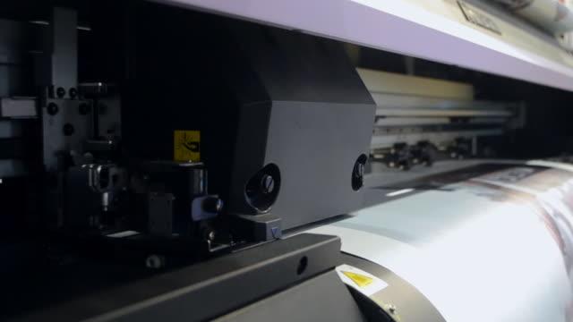 großformatdrucker funktioniert - spruchband stock-videos und b-roll-filmmaterial