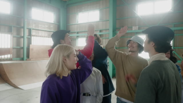 stockvideo's en b-roll-footage met grote groep vrolijke japanse skaters die vieren in het skatepark - oost azië