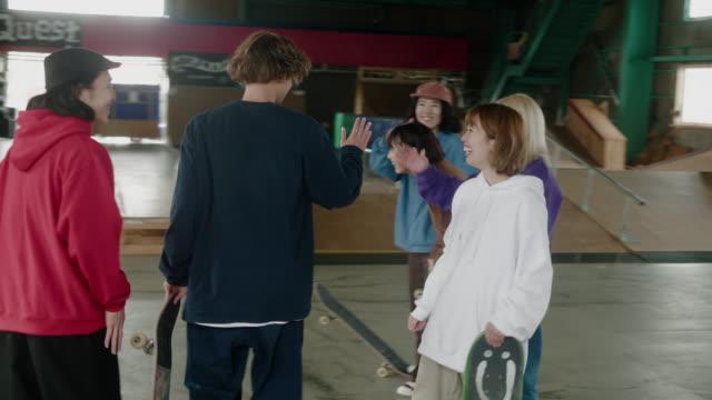 stor grupp av glada japanska åkare samlas på skate park - skatepark bildbanksvideor och videomaterial från bakom kulisserna
